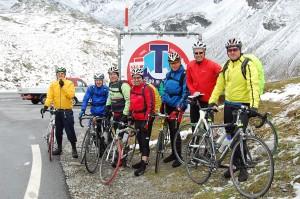 Die Radler auf dem Timmelsjoch 2.509 m gut eingepackt vor der anstehenden 29 km langen Abfahrt.
