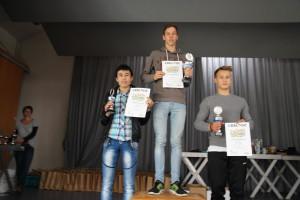 Stolz präsentiert Esmat sein Pokal