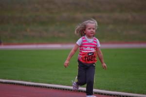 Auch die 4 Jährige Mara Pfau schafft die 400m